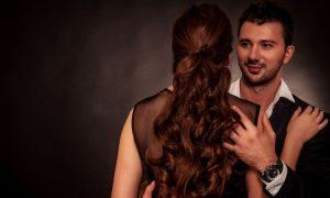 Eine Studie besagt, dass Frauen mit jüngeren Männern in ihren Beziehungen glücklicher sind