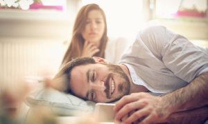 10 versteckte Zeichen, dass dein Partner dich emotional betrügt