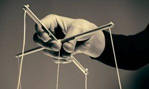 7 wichtige Zeichen, dass jemand versucht, dich psychologisch zu manipulieren