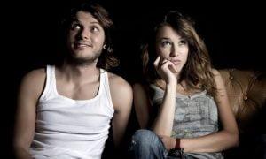 7 eindeutige Zeichen, dass er in dich verliebt ist, auch wenn er es nicht sagt