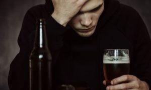 9 Warnzeichen, dass jemand ein hochfunktioneller Alkoholiker ist