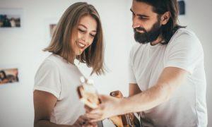 10 Verhaltensweisen, die Frauen zeigen, wenn sie mit ihrer wahren Liebe zusammen sind